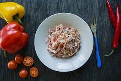 Салат белой капусты, морковей и болгарских перцев Украшенный с зелеными цветами и овощами Вегетарианское блюдо E r стоковые изображения
