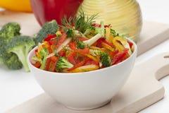 Салат брокколи, красного цвета, желтых и померанцовых сладостного перца Стоковая Фотография RF