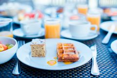 Салат, вафли, торт, кофе и сок свежих фруктов служили на завтрак на ресторане курорта стоковые изображения