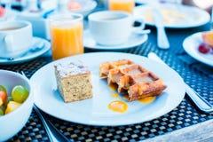 Салат, вафли, торт, кофе и сок свежих фруктов служили на завтрак на ресторане курорта стоковые изображения rf
