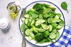 Салат весны вытрезвителя от зеленых овощей авокадоа, огурца, bro Стоковое Изображение RF