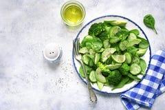 Салат весны вытрезвителя от зеленых овощей авокадоа, огурца, bro Стоковая Фотография