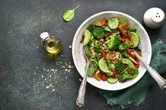 Салат весны вытрезвителя от зеленых овощей авокадоа, огурца, bro Стоковое фото RF