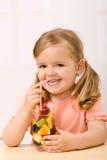 салат девушки плодоовощ счастливый маленький Стоковое Изображение