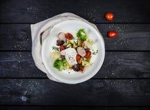 Салат зажаренных овощей с сосисками и краденным яичком стоковые фотографии rf