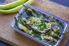 Салат зеленого перца на деревянной разделочной доске - испеченных зеленых перцах Стоковое Фото