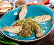 Салат испек баклажан с зелеными луками, чесноком, травами, гренками и томатами на темной деревянной предпосылке Стоковые Изображения RF