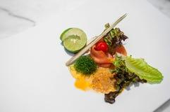 Салат копченых семг с тайский пряный и кислый dresssing стоковая фотография