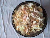 салат к праздник от свежей капусты с гренками птицой и майонезом в плите супа стоковая фотография