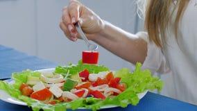Салат лета, вилка в руках девушки выбирает вверх еду и носит для того чтобы изречь видеоматериал