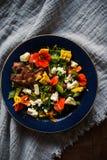 Салат лета с овощами и съестными цветками стоковые фотографии rf