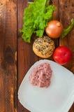 Салат, луки, томат и forcemeat не ставят на обсуждение, прерванное мясо стоковое фото rf