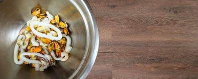Салат морепродуктов в шаре металла стоковые фотографии rf
