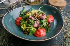 Салат мяса со свежими травами и высушенными томатами в ресторане стоковая фотография rf