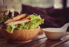 Салат на таблице с винтажным стилем стоковые фотографии rf