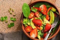 Салат овоща здоровый вегетарианский, авокадо, шпинат, клубника, томат, зеленые цвета, сладкие перцы, семена Взгляд сверху, космос стоковые изображения