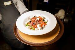 Салат овощей и мяса на красивой белой плите стоковая фотография