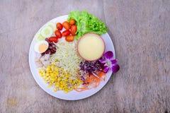 Салат овощей на деревянных столах стоковые изображения rf
