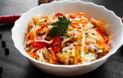 Салат овощей с капустой и морковью в шаре на темной деревянной предпосылке Стоковое Изображение