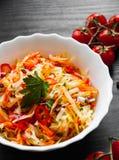 Салат овощей с капустой и морковью в шаре на темной деревянной предпосылке Стоковые Изображения
