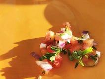 Салат от овощей томата, луков, зеленых на оранжевой плите Стоковые Изображения