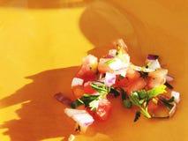 Салат от овощей томата, луков, зеленых на оранжевой плите Стоковые Изображения RF