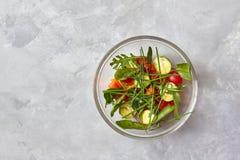 Салат от сырцовых овощей в стеклянной пластинке Стоковые Фото