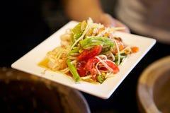 Салат папапайи на блюде стоковое фото