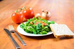 Салат поля с морковью, томатом, луком и хлебом Стоковая Фотография