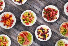 салат померанца кивиа плодоовощей плодоовощ диетпитания банана яблока Плоды на плите на деревянной предпосылке еда здоровая стоковая фотография