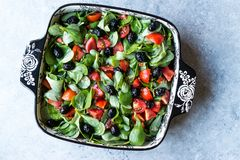 Салат портулака с томатами и черными оливками в шаре фарфора Стоковое Фото