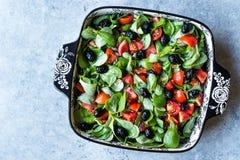 Салат портулака с томатами и черными оливками в шаре фарфора Стоковое Изображение