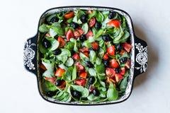 Салат портулака с томатами и черными оливками в шаре фарфора Стоковые Изображения RF