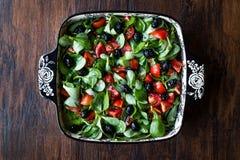 Салат портулака с томатами и черными оливками в шаре фарфора Стоковые Фото