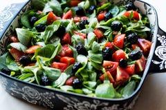 Салат портулака с томатами и черными оливками в шаре фарфора Стоковое Изображение RF