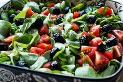 Салат портулака с томатами и черными оливками в шаре фарфора Стоковая Фотография