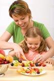 салат потехи плодоовощ здоровый делая Стоковая Фотография RF