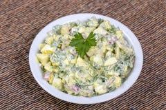 Салат редиски, вареного яйца, петрушки и сметаны в белом шаре - здоровой концепции завтрака Стоковое фото RF