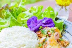 Салат рыб пряный, цветки гороха, салат, огурец на блюде Еда на деревянной таблице стоковое фото
