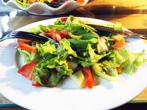 Салат Свежий салат салата лета Здоровый среднеземноморской салат на деревянном столе Вегетарианская еда Стоковая Фотография RF
