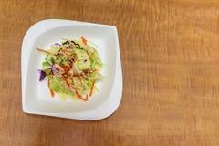 Салат свежих овощей на белой плите фарфора на коричневом цвете Стоковая Фотография