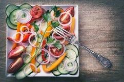 Салат свежих овощей на плите белого квадрата Стоковые Фото
