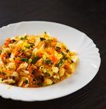 Салат свежих овощей с капустой и морковью в белой плите Стоковое Фото