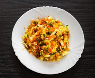 Салат свежих овощей с капустой и морковью в белой плите Стоковые Фото