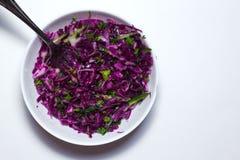 Салат свежих овощей с фиолетовой капустой, белой капустой, салатом, в белом шаре на белой предпосылке Взгляд сверху Стоковая Фотография