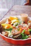 Салат свежих фруктов с зажаренными креветкой и заправкой для салата Стоковое Изображение RF