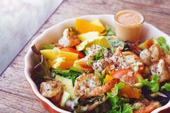 Салат свежих фруктов с зажаренными креветкой и заправкой для салата Стоковое Изображение