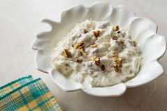 Салат сельдерея с йогуртом и грецкими орехами в плите лист форменной стоковые изображения