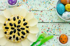 Салат солнцецвета украшенный с картофельными стружками, мозолью, яичком и оливкой Стоковая Фотография