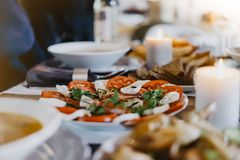Салат с завтраком томата, mozzarela, базилики на деревянной доске на кухонном столе, концепции нерезкости, испанских или итальянс стоковая фотография rf